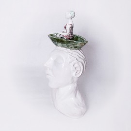 Keramikinė skulptūra su mergaite