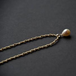 Lašo formos perlo pakabukas ant šilkinės juostelės