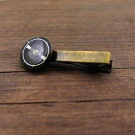 Kaklaraiščio segtukas su laikrodžių detalėmis