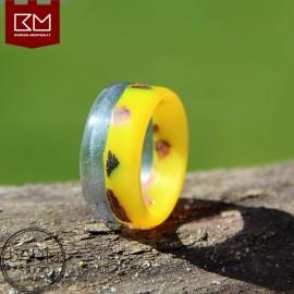 Geltonas dervos žiedas su medžio gabaliukais