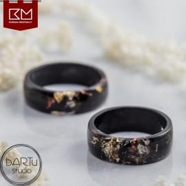 Juodas žiedas su aukso dribsniais