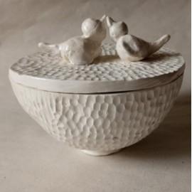 Keramikos dežutė su paukščiais