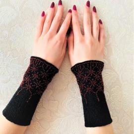 Riešinės juodos spalvos su raudonais karoliukais 16,5X7,5cm
