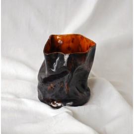 Vienetinė, rankų darbo  Netobula tobulai suglamžyta vaza.